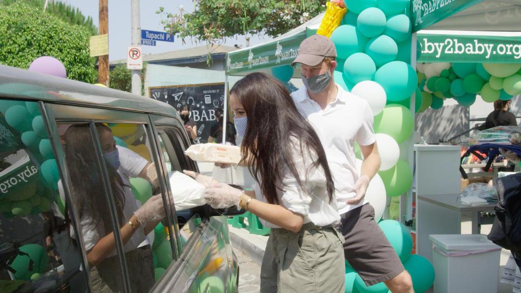 Am Drive-In-Schalter verteilen Prinz Harry und Herzogin Meghan Materialien an hilfsbedürftige Familien.