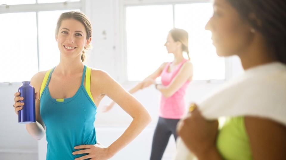Portrait der Frau mit Sportgetraenk an der Gymnastik, Portrait of woman holding sport drink at gym | Verwendung weltweit, Keine Weitergabe an Wiederverkäufer.