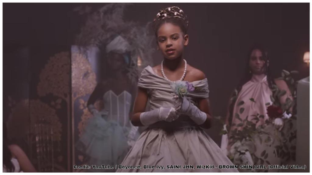 Blue Ivys großer Auftritt in Mamas Musikvideo.