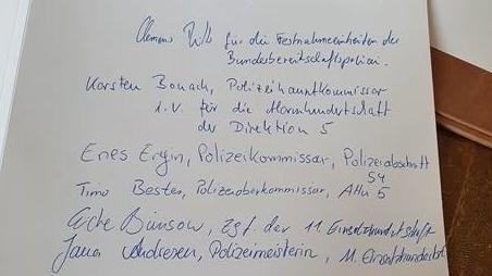 Die Polizisten unterschrieben im Goldenen Buch des Bundespräsidenten stellvertretend für ihre Einheiten