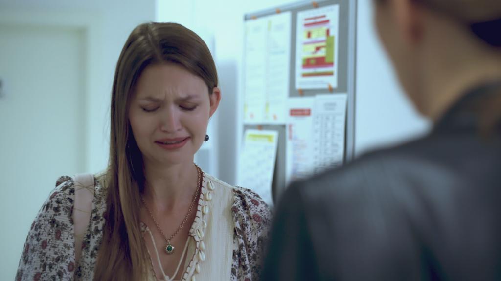 AWZ: Nathalie weint vor der Kommissarin um Maximilian.