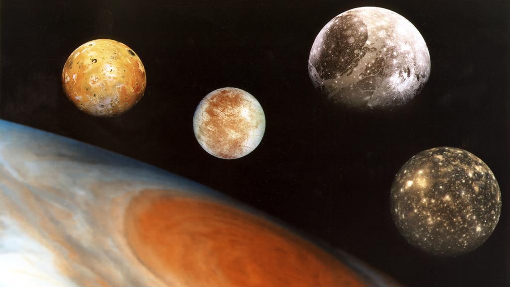 Jupiter und seine vier größten Monde Io, Europa, Ganymed und Kallisto (von links nach rechts).