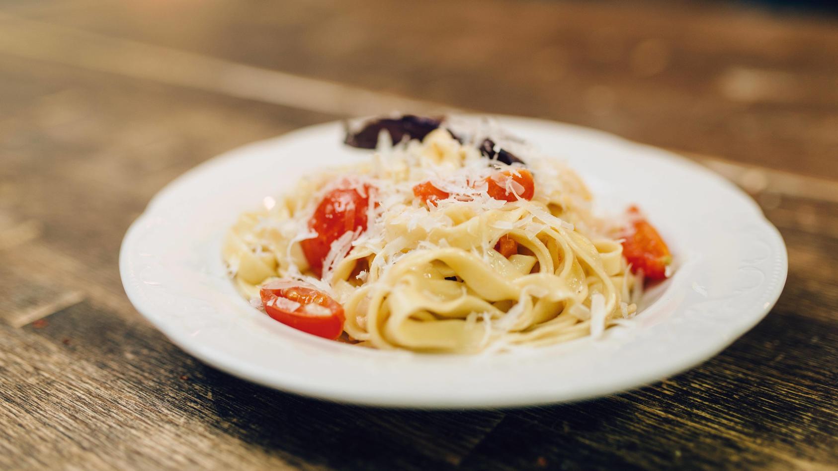 Spaghetti al Tonno im Handumdrehen gemacht: mit würzigen Tomaten, frischem Basilikum und einem Hauch von Parmesan - Symbolfoto
