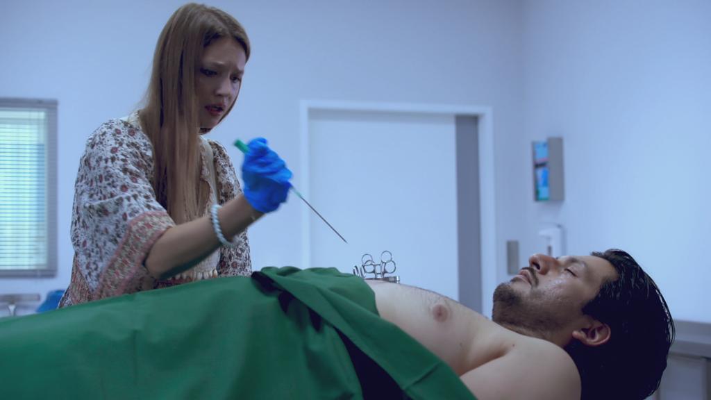 AWZ: Nathalie gibt Maximilian eine Spritze.