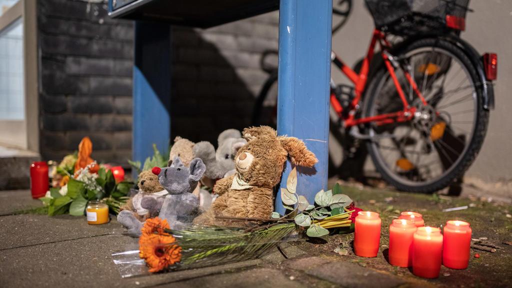 04.09.2020, Nordrhein-Westfalen, Solingen: Teddybären, Kerzen und Blumen liegen und stehen vor einem  Haus. Eine 27-jährige Mutter soll in Solingen fünf Kinder umgebracht haben. Die Mutter habe sich danach im Düsseldorfer Hauptbahnhof auf die Gleise