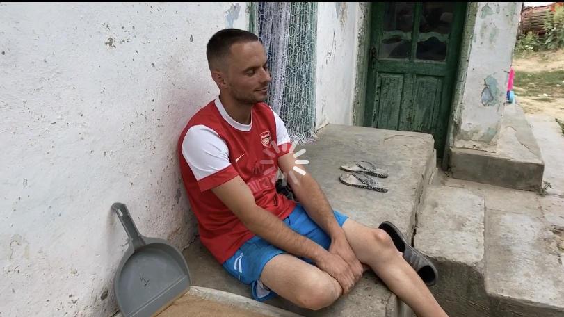 George Mitache vor seinem Haus in Bacani/Rumänien.
