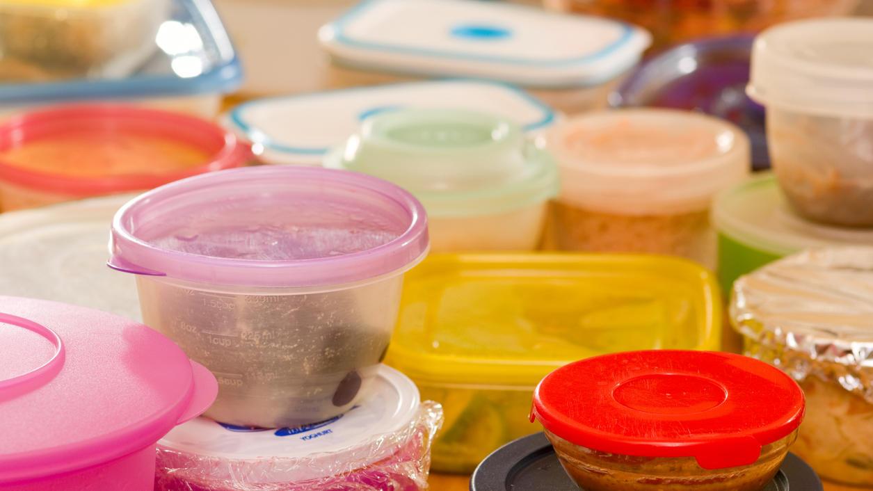Insbesondere Speisen mit gelblichen oder roten Saucen hinterlassen oftmals eine unschöne Verfärbung in Plastikboxen.