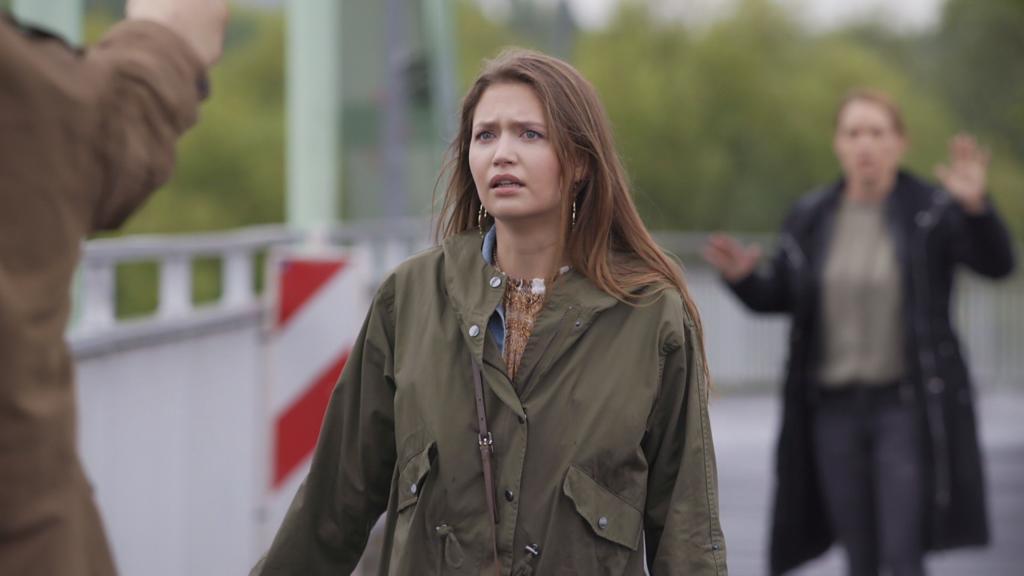 AWZ: Maximilian richtet eine Waffe auf Nathalie und die Kommissarin.