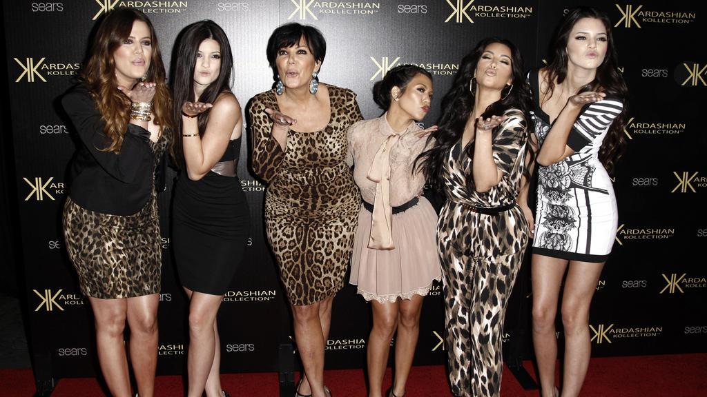 "Khloe Kardashian (l-r), Kylie Jenner, Kris Jenner, Kourtney Kardashian, Kim Kardashian und Kendall Jenner sind mit ""Keeping Up With The Kardashians"" groß geworden."