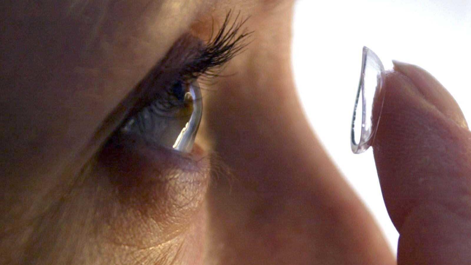 Kontaktlinsen können das Risiko für eine Hornhautentzündung deutlich erhöhen.