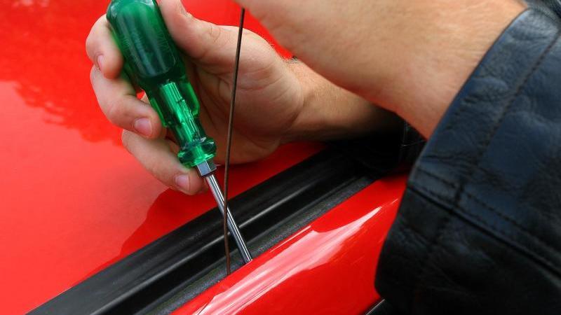 Autoknacker sperrt sich selbst in fremdem Wagen ein (Symbolbild Autodiebstahl)