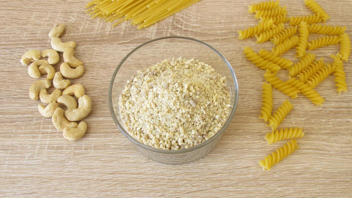 Aus Cashews, Sesam und Mandeln lassen sich tolle Parmesan-Alternativen machen.