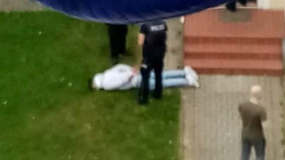 Die Polizei nahm den 29-Jährigen vor dem Haus fest.