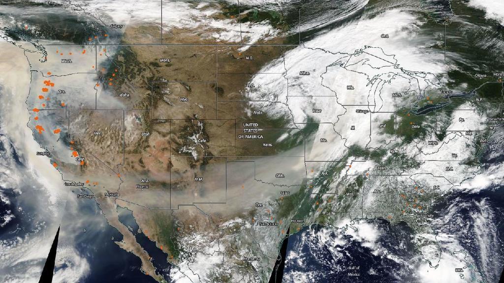 Klar zu sehen, ist die Rauchwolke, die sich von der Westküste aus über die USA und den Pazifik ausbreitet.