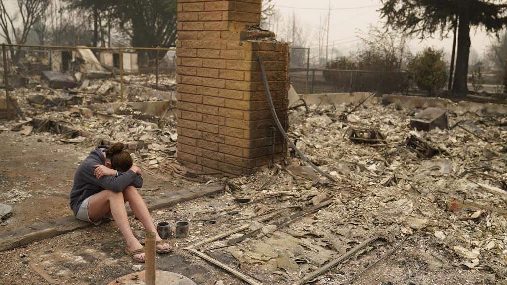11.09.2020, USA, Talent: Desiree Pierce sitzt weinend in den Trümmern ihres Hauses, das bei den verheerenden Waldbränden in den USA durch das sogenannte Almeda-Feuer zerstört wurde. Im US-Bundesstaat Oregon sollen zuletzt mehr als 40 Brände gelodert