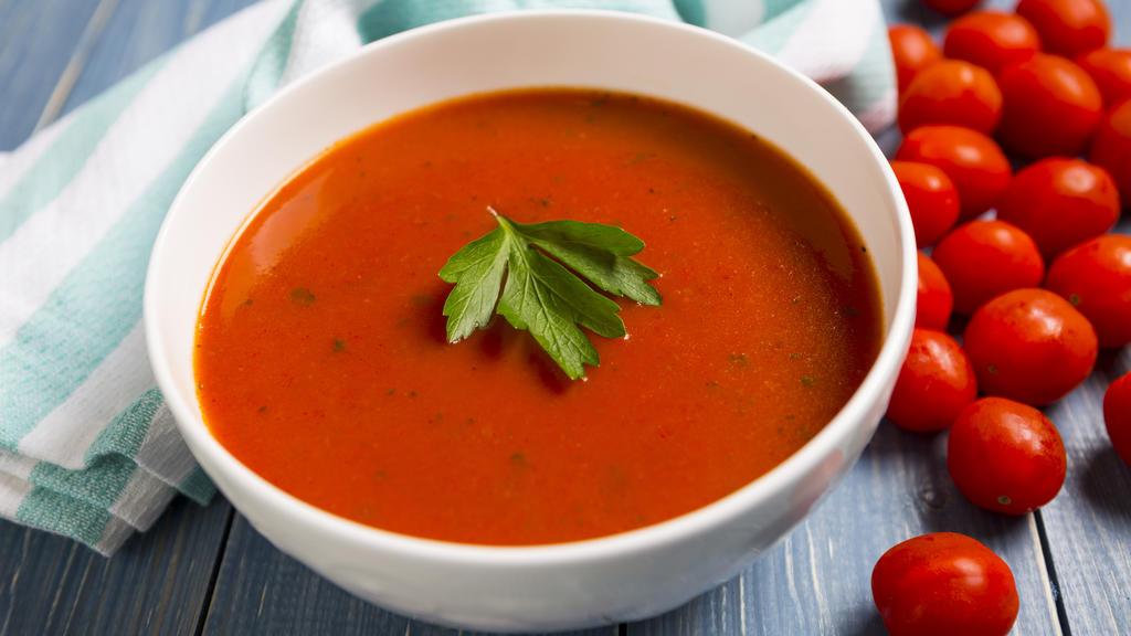 Ein Teller Tomatensuppe