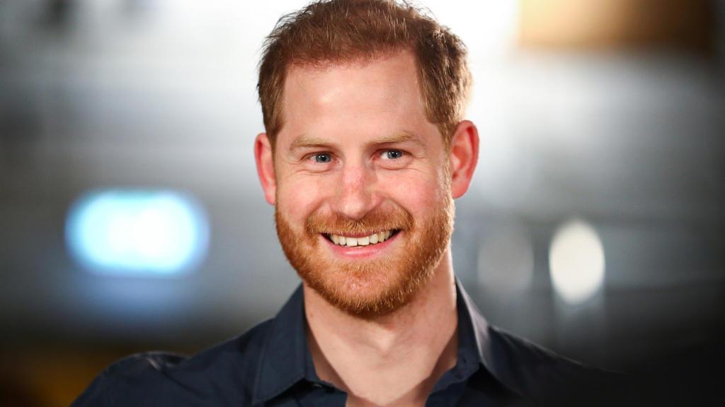 Prinz Harry grinst
