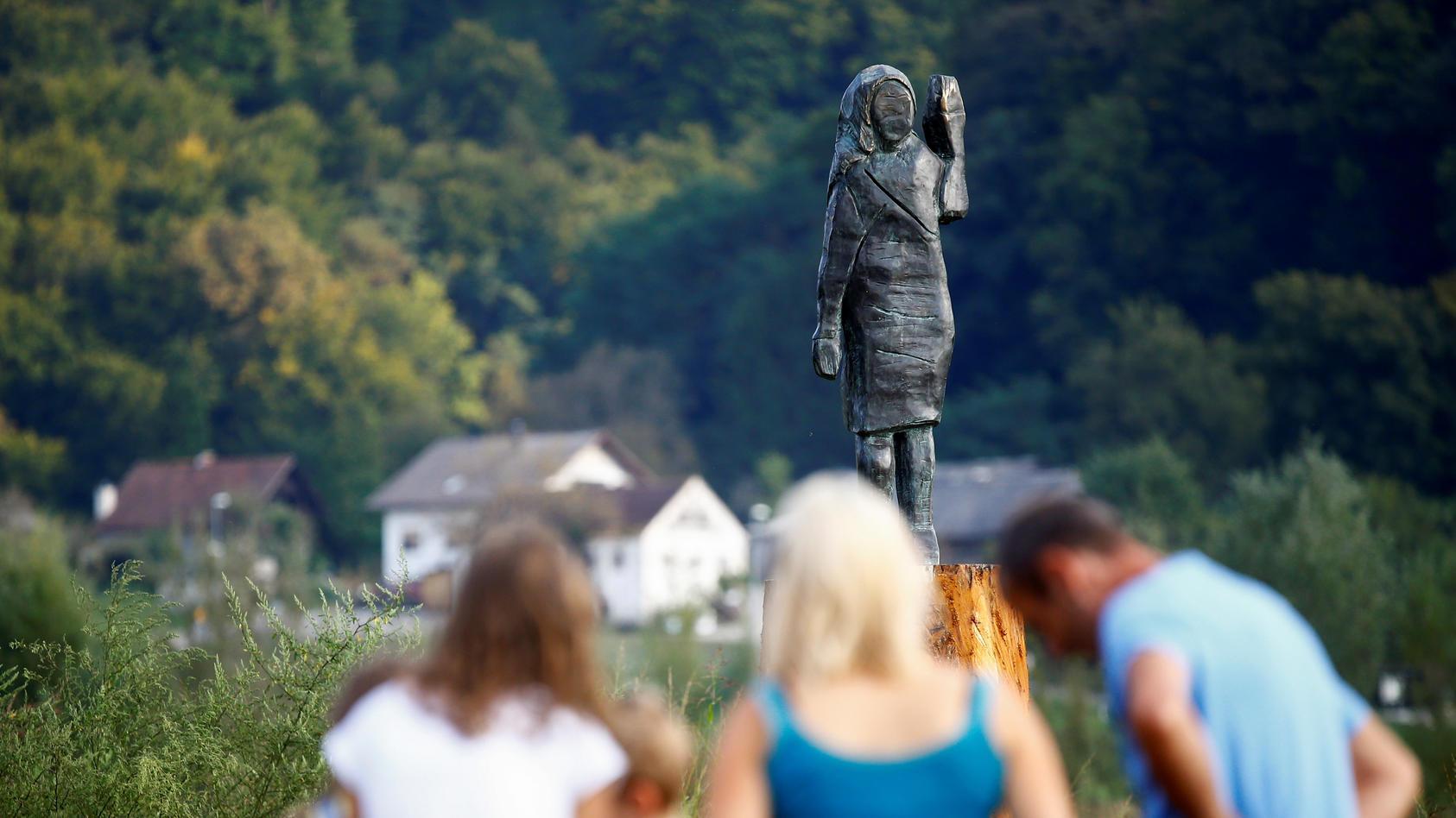 Die ersten Besucher der Bronze-Statue von Melania Trump  in Sloweinien.