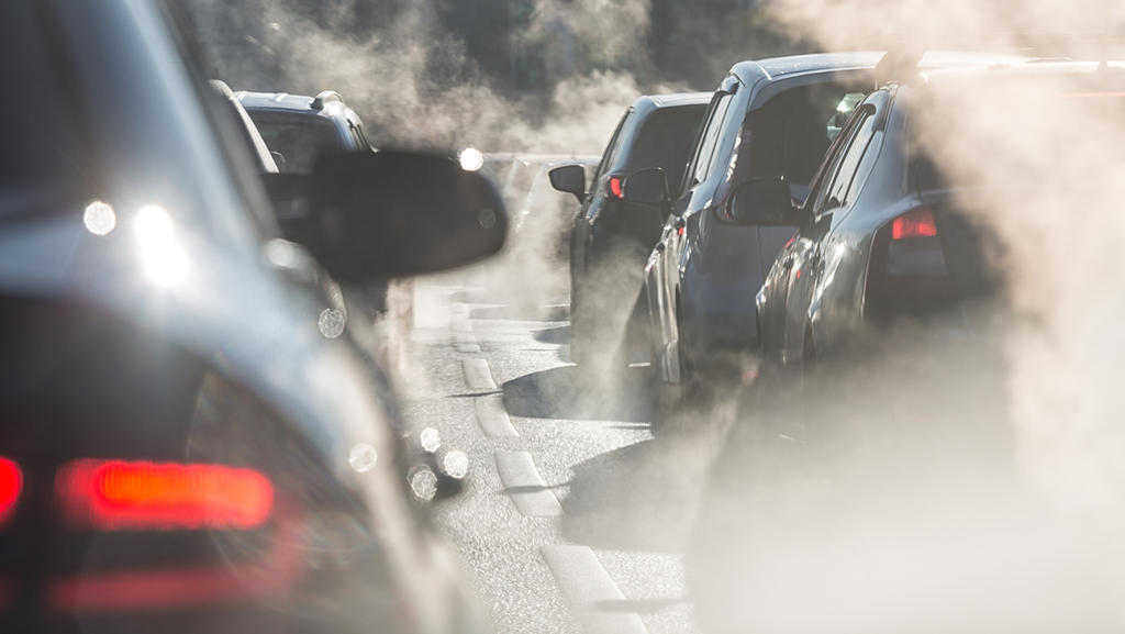 Abgase sind umweltschädlich, aber nicht die einzigen Emissionen beim Auto