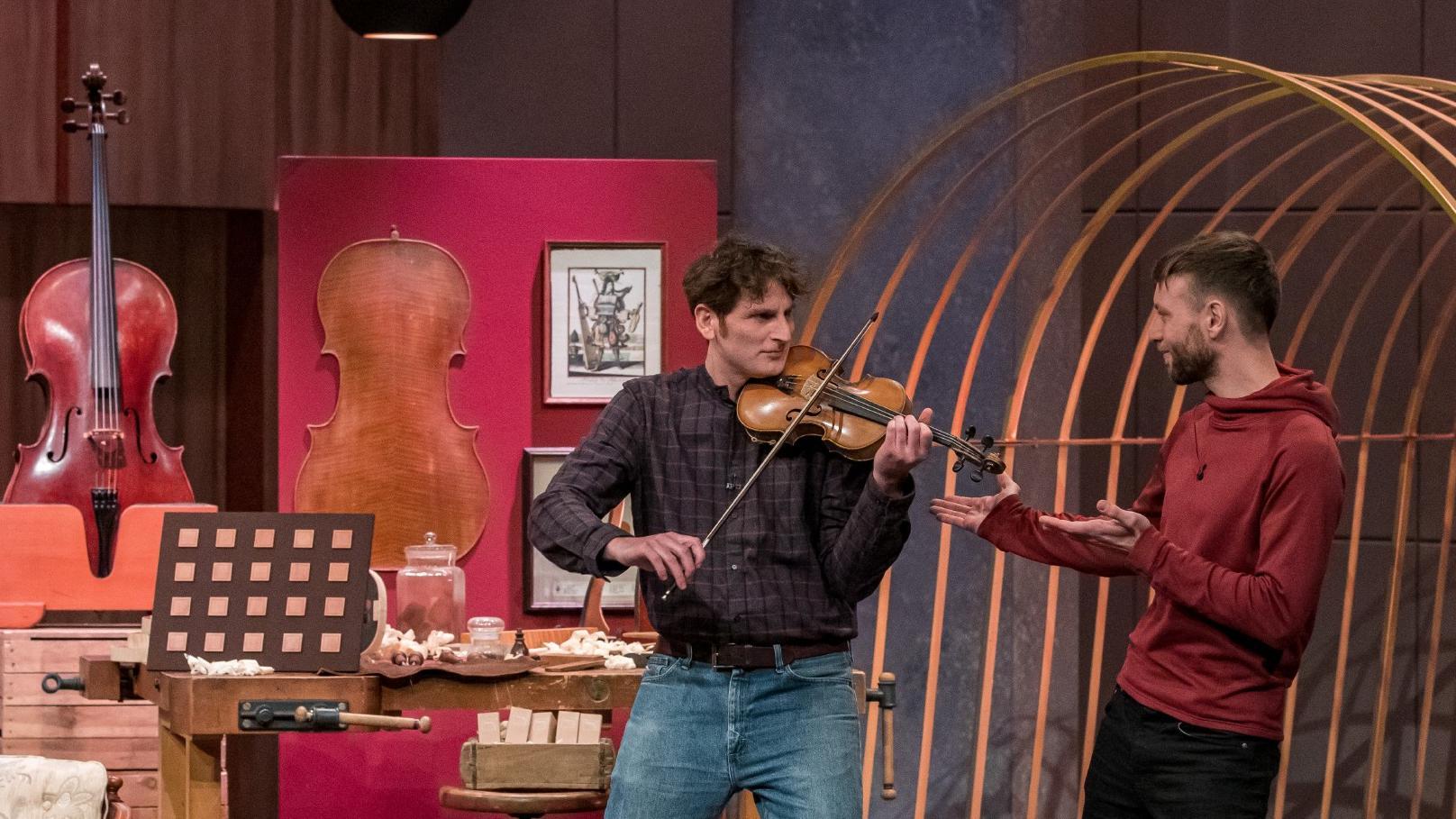 """Sebastian Oberlin (l.) und Adrian Rennertz aus Freiburg präsentieren mit """"klang²"""" ein akustisches Memory-Spiel."""