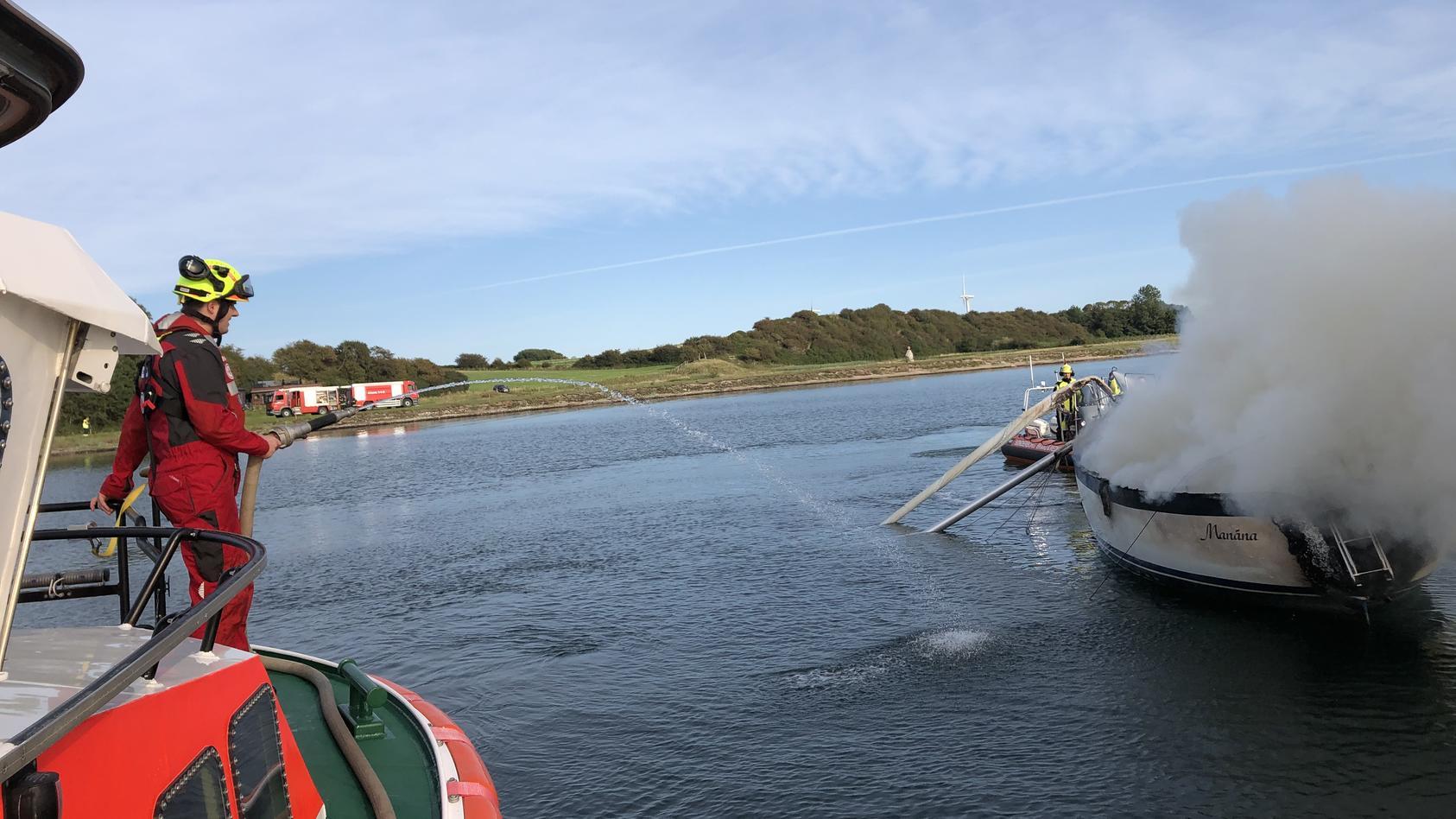 Die brennende Segelyacht auf der Flensburger Förde.