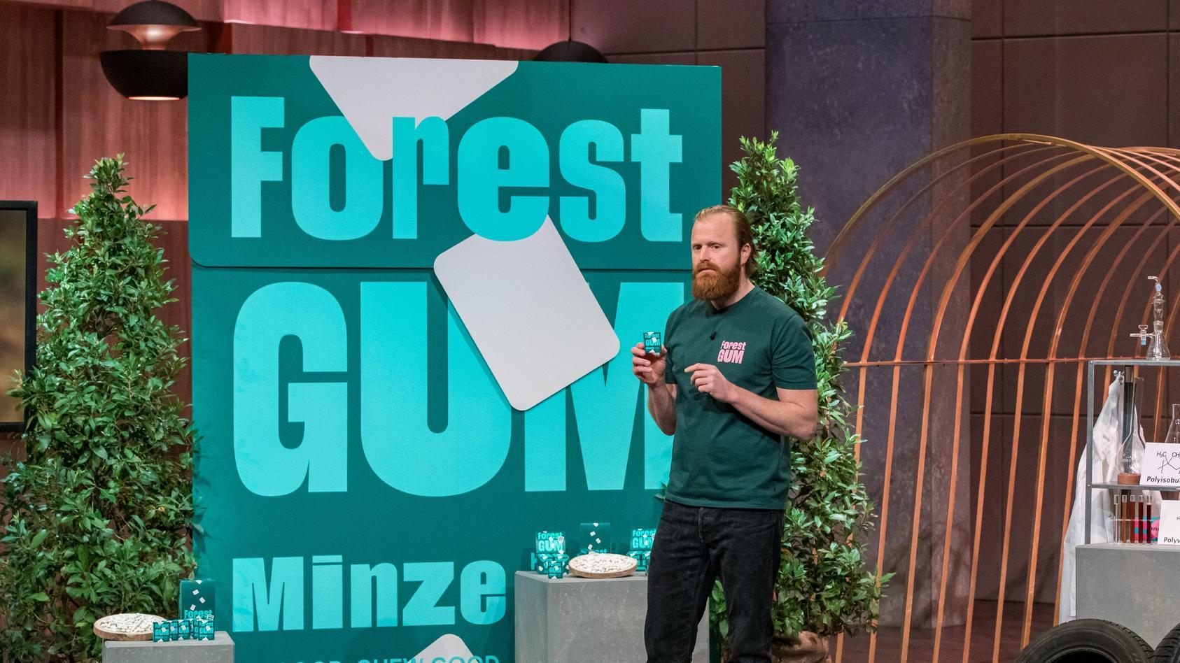 "Thomas Krämer aus Köln präsentiert das plastikfreie Kaugummi ""Forest Gum""."