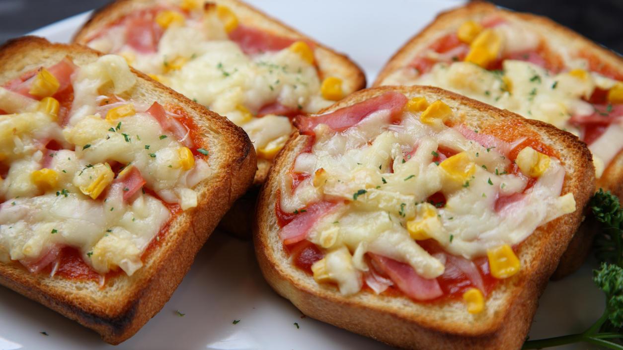 So einfach: Pizza auf Toast statt aufwendigem Hefe-Teig!
