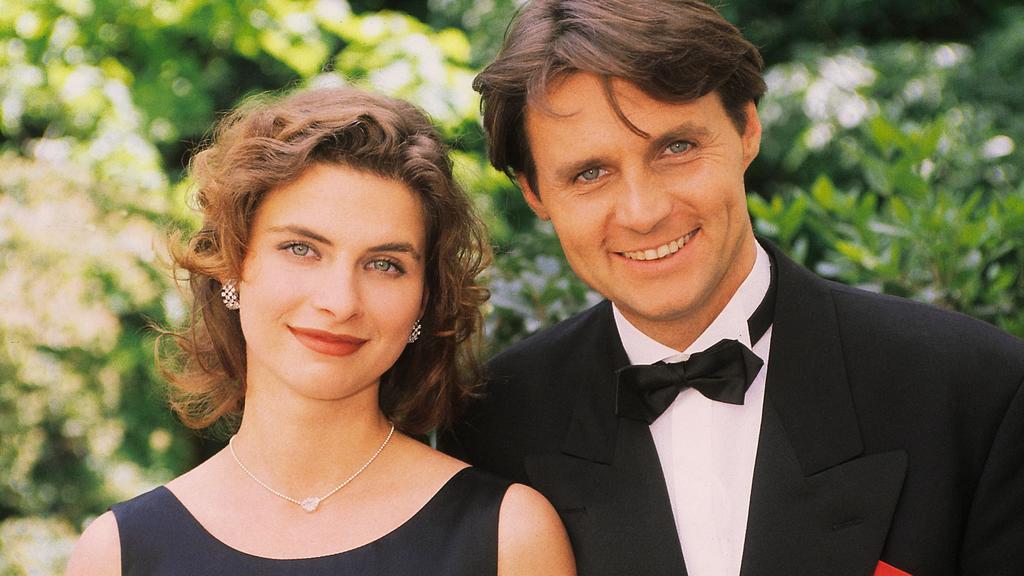 Jo Gerner (Wolfgang Bahro) will auf dem Rosenball seine Tochter Vanessa (Anne Brendler) mit dem Sohn von Greta Carelli verkuppeln.
