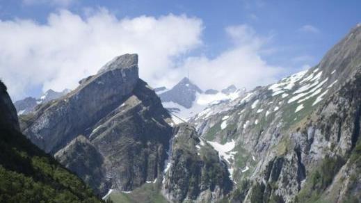 Touristen sind unterwegs am Seealpsee, einem beliebten Ausflugsziel im Alpstein-Gebirge. Foto: Gian Ehrenzeller/KEYSTONE/dpa
