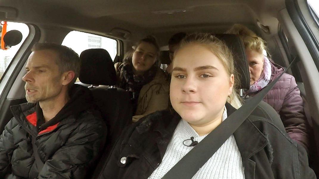 Estefania erlebt ihre allererste Fahrstunde und ist entsprechend nervös. Sie nimmt an einem siebentägigen Führerschein-Intensivkurs teil..