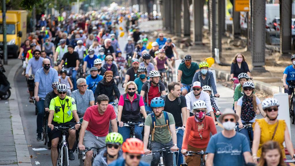Teilnehmer einer Fahrraddemonstration unter dem Motto «Rauf aufs Rad für die nächste Generation» fahren über die Gitschiner Straße in Berlin-Kreuzberg. Mit der Kreisfahrt rund um das Berliner Stadtzentrum fordert der Allgemeine De