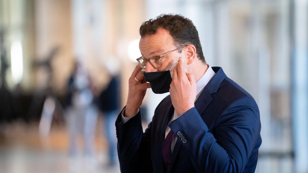 ARCHIV - 18.09.2020, Berlin: Jens Spahn (CDU), Bundesminister für Gesundheit, verlässt nach einem Pressestatement die 177. Sitzung des Bundestags mit einem Mund-Nasen-Schutz. Mit sogenannten Fieberambulanzen und besonderen Schutzvorkehrungen für Risi