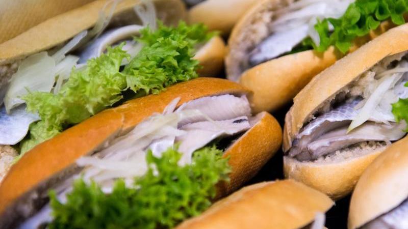 Am 1. Mai ist Weltfischbrötchentag. Der  Kult-Snack gehört zum Norden wie die Möwe am Meer.