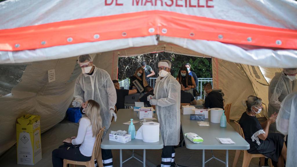 24.09.2020, Frankreich, Marseille: Ärzte testen Patienten auf das Coronavirus in einem mobilen Testzentrum. Gesundheitsminister Veran hatte in einer Pressekonferenz angekündigt, dass für Marseille und das Überseegebiet Guadeloupe die «maximale Alarms