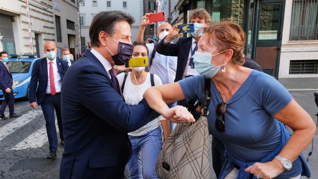 22.09.2020, Italien, Rom: Giuseppe Conte (vorne, l), Ministerpräsident vonItalien, trifft zahlreiche Bürger bei einem Spaziergang durch die Innenstadt. Foto: Mauro Scrobogna/LaPresse via ZUMA Press/dpa +++ dpa-Bildfunk +++