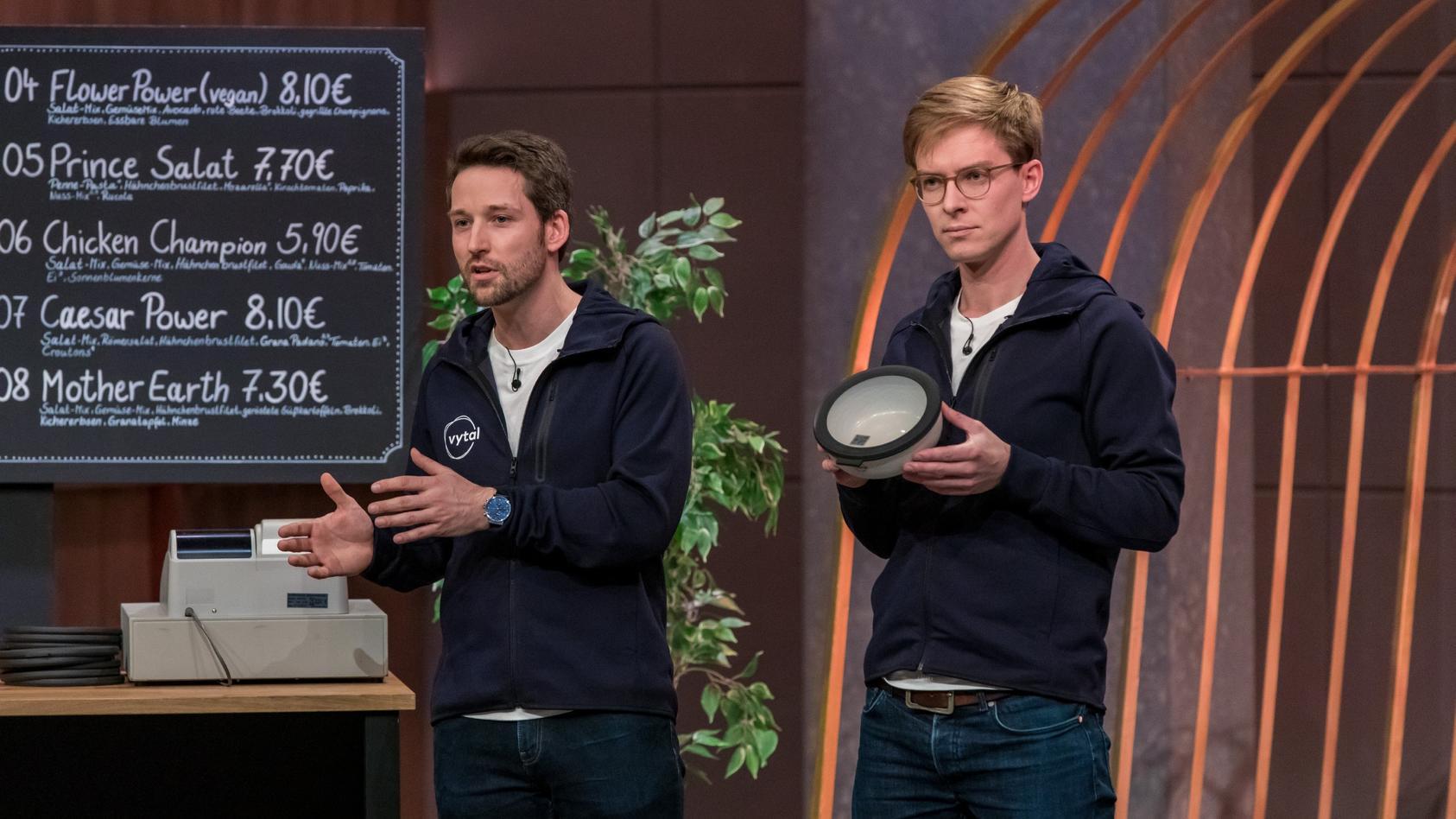 """Tim Breker (l.) und Sven Witthöft präsentieren mit """"Vytal"""" Verpackungssharing für Take-away und Lieferessen."""