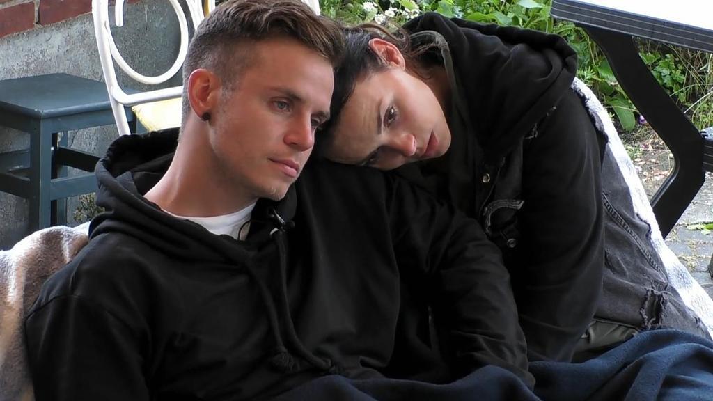 Henning Merten und Denise Kappés machen Nägel mit Köpfen und ziehen aus dem Sommerhaus aus.