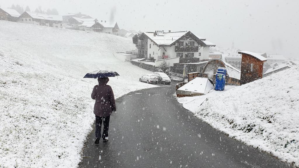 Es ist noch nasser Schnee, der da fällt. aber wie hier in Fiss in Tirol ist er liegen geblieben.
