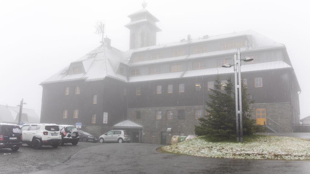 Erste Schneeflocken auf dem Fichtelberg in Sachsen.