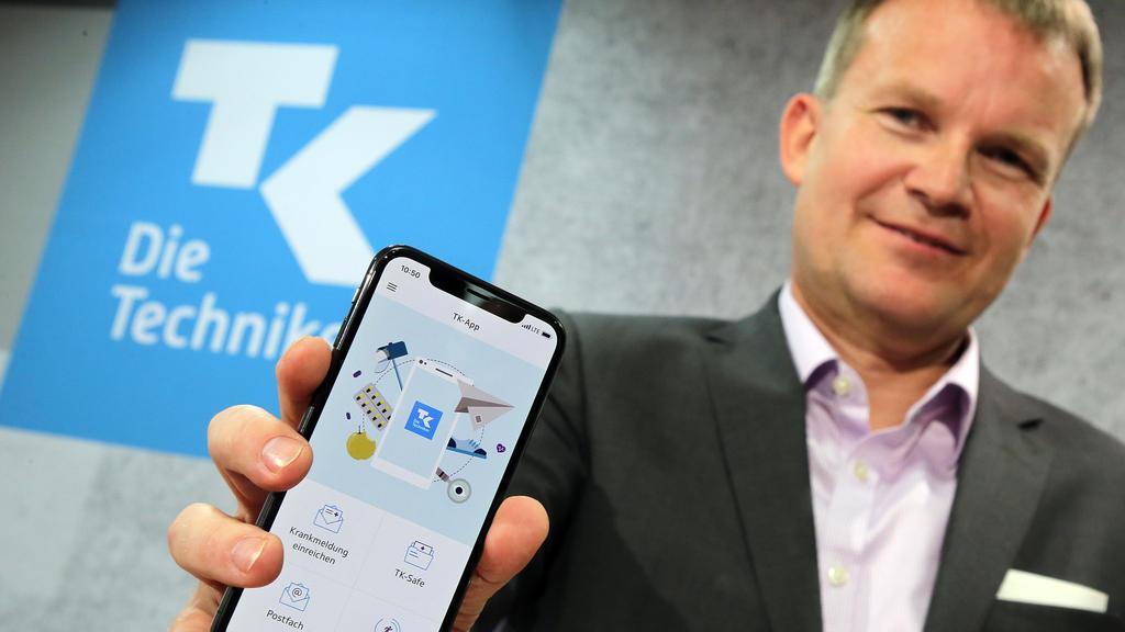 """24.04.2018, Berlin: Jens Baas, Vorsitzender des Vorstands der Techniker Krankenkasse, präsentiert eine App zum Start einer ersten """"Elektronischen Gesundheitsakte"""". Versicherte sollen selbst entscheiden können, welche Diagnosen, Medikamente etc. sie s"""