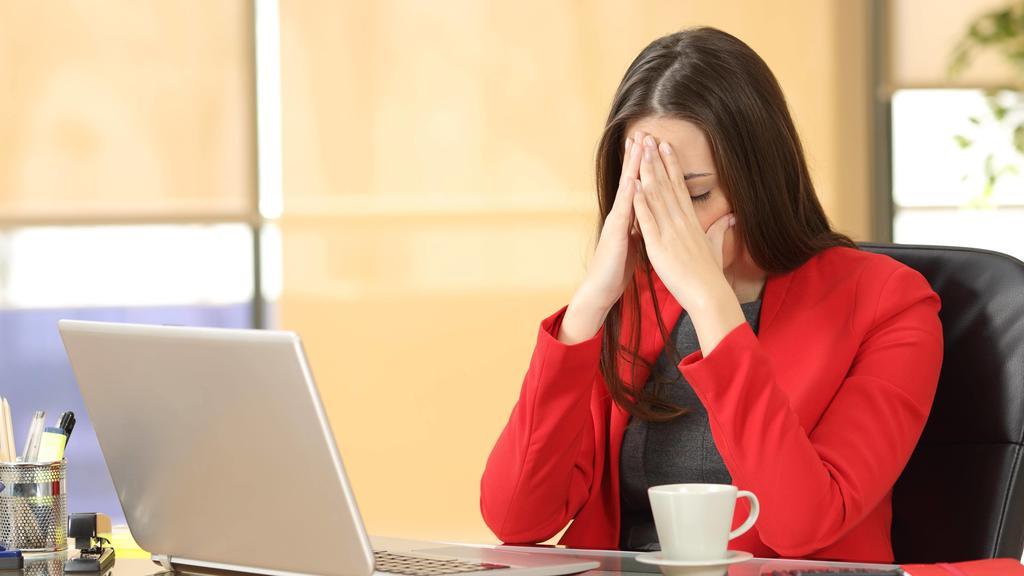 Tired overworked businesswoman at office ,model released, Symbolfoto PUBLICATIONxINxGERxSUIxAUTxONLY Copyright: xAntonioGuillemx Panthermedia26546799