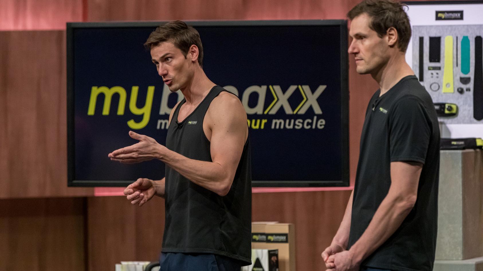 """Bastian (r.) und Lukas Erdmann präsentieren in """"Die Höhle der Löwen"""" mit """"mybimaxx"""" die Fitnessbandage für maximalen Muskelaufbau."""