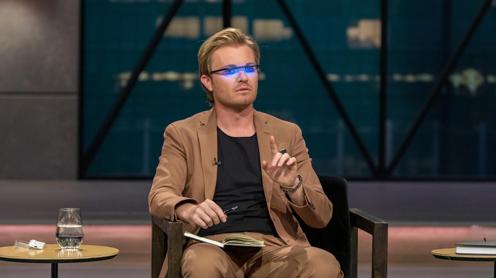 """Investor Nico Rosberg unterzieht die Sonnenlichtbrille von """"Pocket Sky"""" direkt einem Praxistest."""