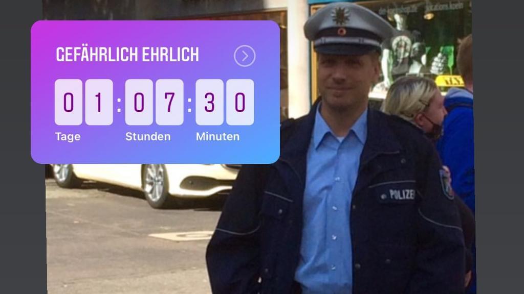 """Oliver Pocher zeigt sich stolz in seiner falschen Polizistenuniform. Die Userin """"koelsche_foellsche_maedche"""" knipste den Comedian in der Kölner Innenstadt - Pocher repostet das Bild auf seinem Insta-Kanal."""