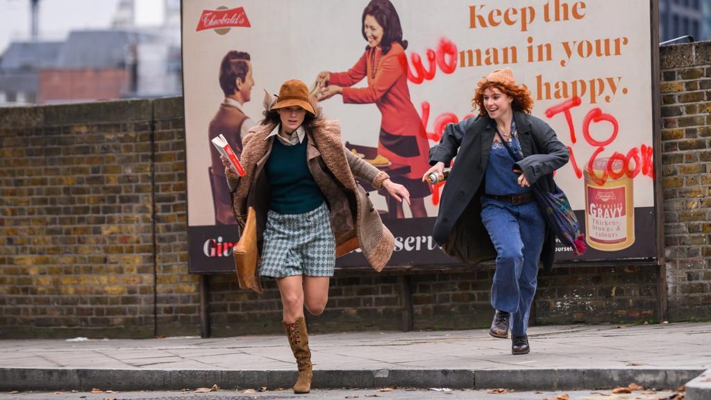 """Jessie Buckley (r) als Jo und Keira Knightley als Sally in einer Szene des Films """"Die Misswahl - Der Beginn einer Revolution"""""""
