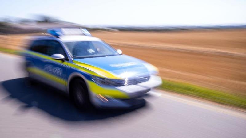 Ein Polizeiauto hat in Dornstetten (Baden-Württemberg) eine 30 Jahre alte Fußgängerin angefahren und tödlich verletzt (Symbolbild).