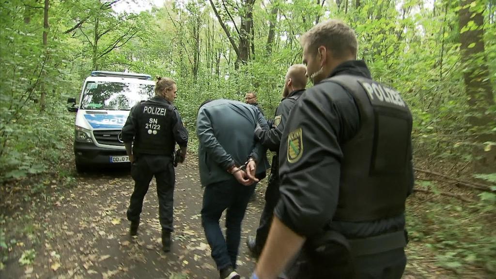 Mann in Leipzig wird abgeführt