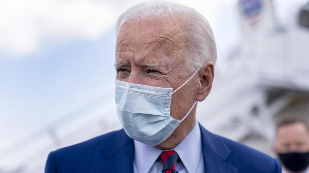 05.10.2020, USA, New Castle: Joe Biden (M), demokratischer Bewerber um die Präsidentschaftskandidatur und ehemaliger US-Vizepräsident, spricht mit Journalisten am Flughafen New Castle. Biden ist auf dem Weg zu einer Wahlkampfveranstaltung in Miami. F