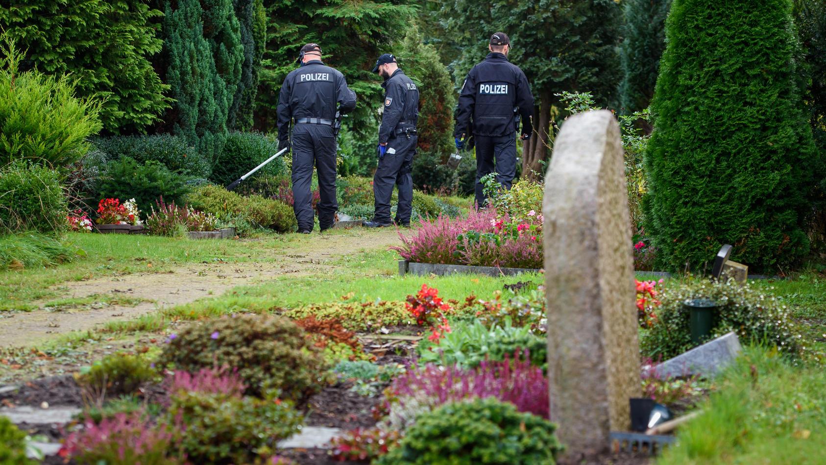 Timo M. aus Rendsburg soll zwei Frauen umgebracht haben. Polizisten haben im Oktober 2020 den Rendsburger Friedhof nach möglichen Beweismitteln abgesucht.