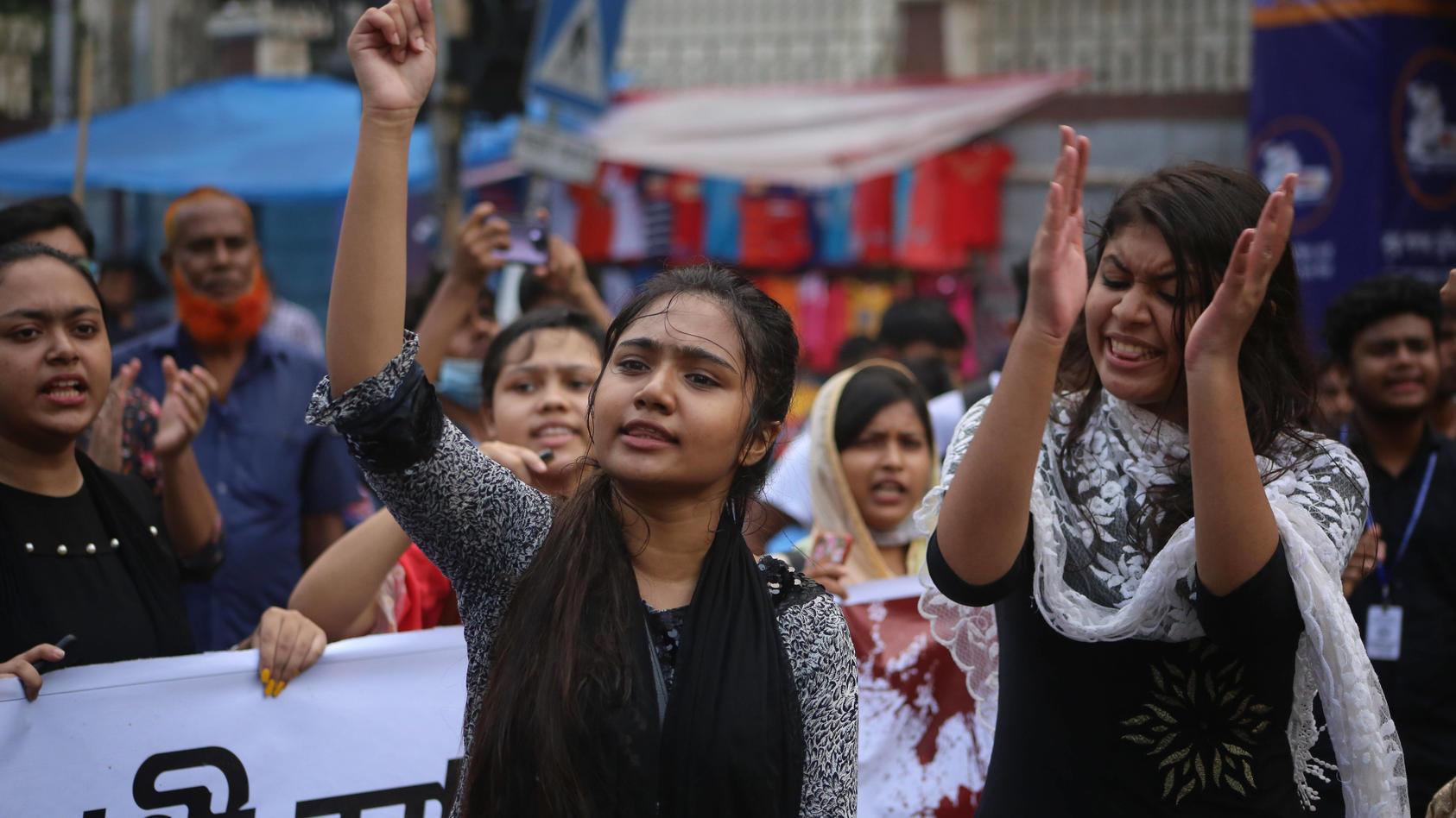 Tausende Studentinnen gingen in Bangladesch auf die Straße.